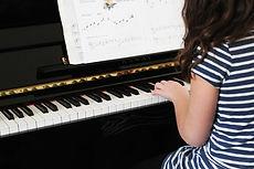 Dziewczyna gra Początkujący Piano