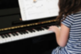 Girl Playing Piano Débutant