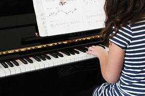 Mädchen spielen Anfänger Klavier