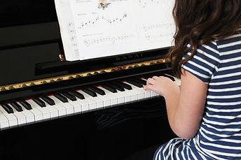 Girl Playing Piano Débutant