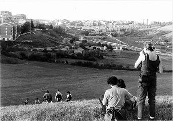 Fig. 1. Stalker. Attraverso i Territorio Attuali, 1995. [Fotografía de Lorenzo Romito] Cortesía de Francesco Careri.