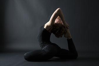 adobe yoga schwarzer hintergrund .jpeg