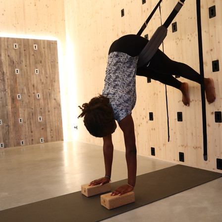 ROPE YOGA AN DER YOGAWALL