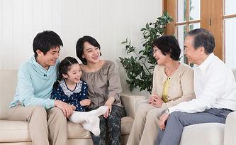 家族写真を大きく印刷 ご家族の記念日やお子さんの成長をおさめた写真を大きくポスター印刷!リビングに飾っていつでもみんなが見られる場所に。