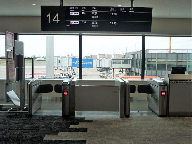 Osaka_International_Airport_Boarding_gat