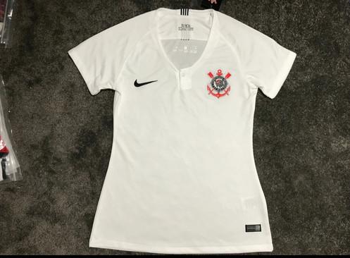 ab3b74e55 A Camisa de Futebol do CORINTHIANS versão feminina é feita com tecido leve  que absorve o suor para manter você fresco, seco e confortável.