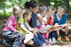Kindergarten teacher reading with kids i