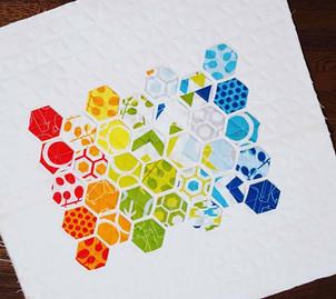 Farbenfrohes Hexagon-Kissen