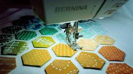 Ein Hexagon-Kissen wird genäht. Hier ist Genauigkeit gefragt.