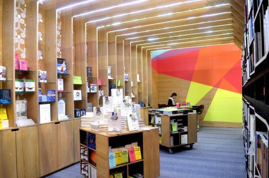 La propuesta estética del stand combina la sobriedad de la madera en estructuras contundentes, con el dinamismo de triángulos alegres.