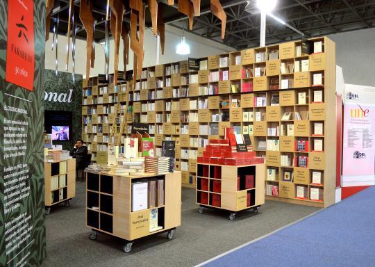 En cada nicho del librero se aprecia los nombres de los autores del Colegio Nacional