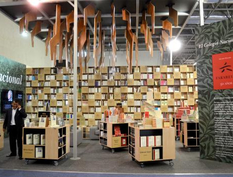 El resto del espacio se distribuye en cuatro grandes áreas para libros de interés general, libros infantiles y juveniles, el Fondo de Cultura Económica y las editoriales universitarias. Cada una de ellas cuenta con mesas y sillas para el trabajo