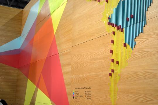 Al stand le acompaña una gran infografía sobre los hablantes de América Latina.