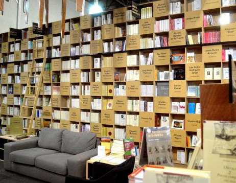 Cuenta con 274.5 metros lineales de libreros