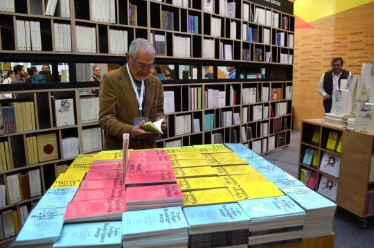 El stand cuenta con una mesa de novedades que exhibe 2,000 ejemplares.