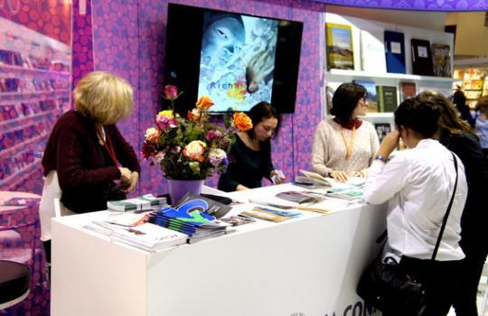 Una recepción invita a los visitantes a ingresar, allí una pantalla mostraba el trabajo de los principales ilustradores mexicanos.