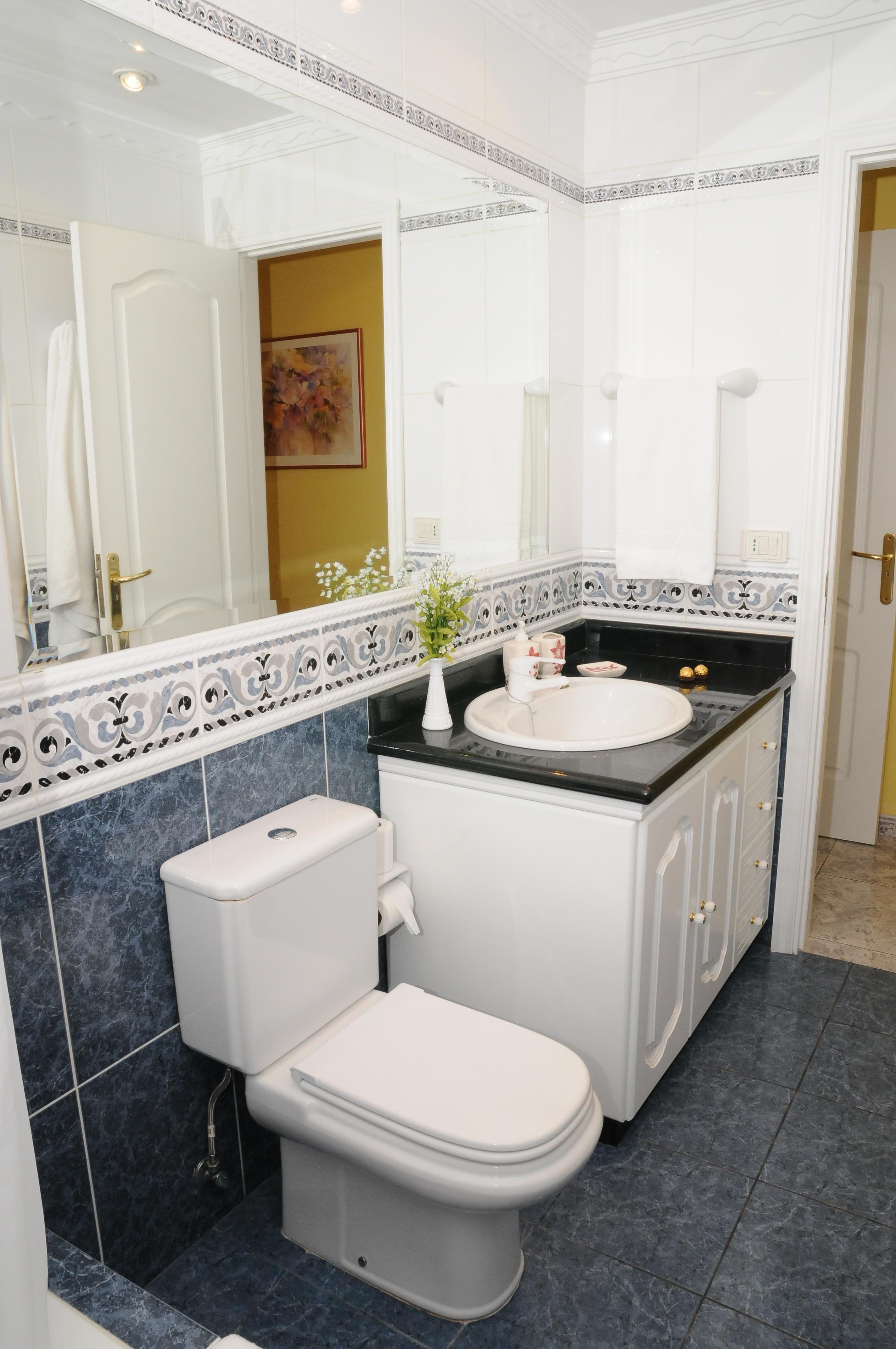 Baño con bañera y un gran espejo