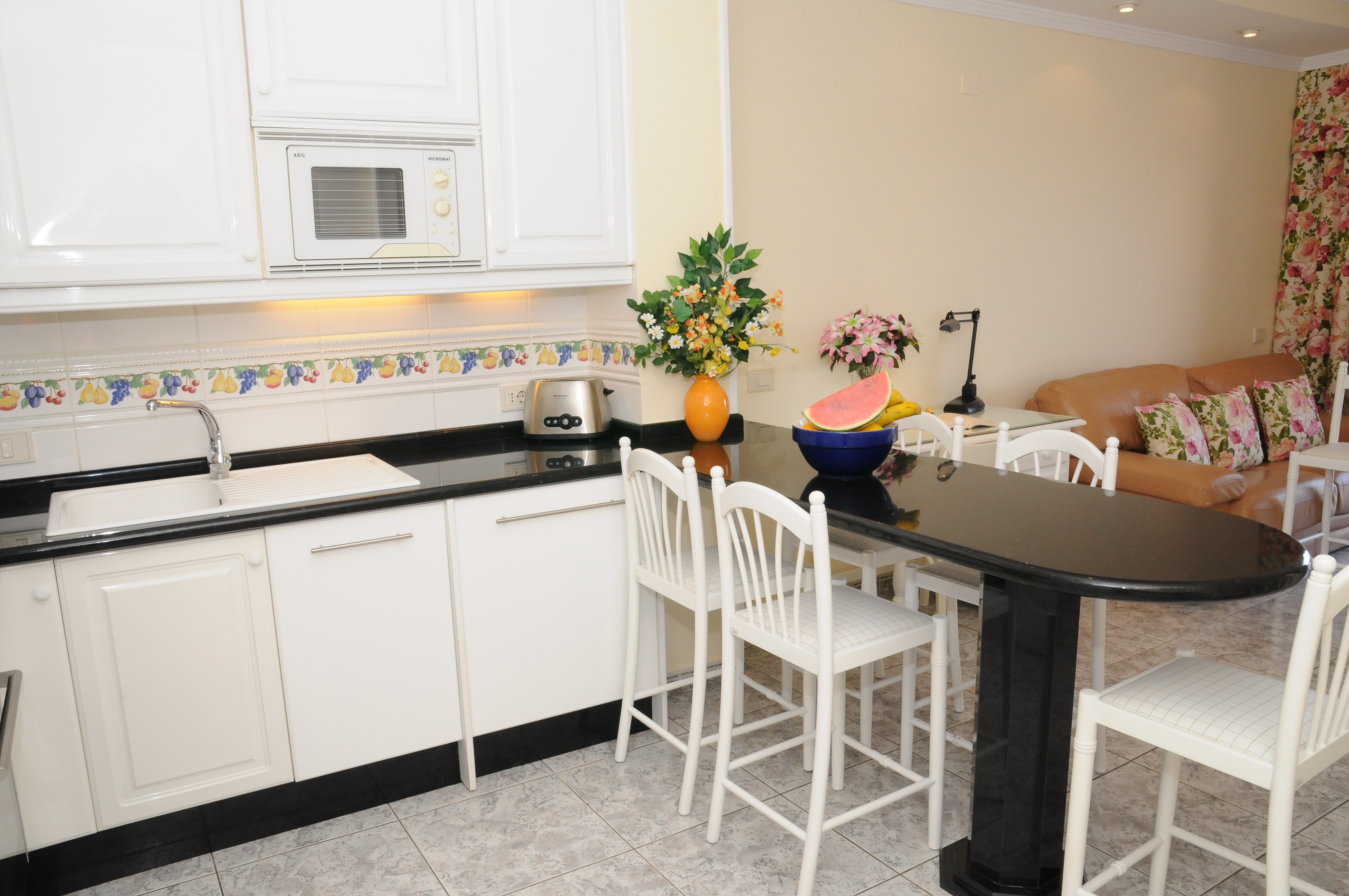 Kitchen and table for 6 people