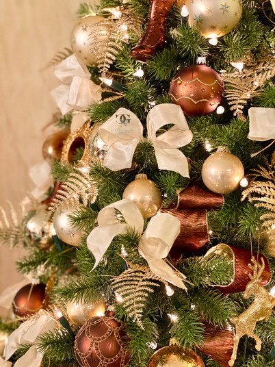Professionell Weihnachtsbaum schmücken