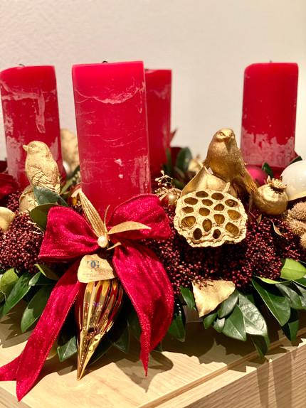 Adventskranz und Weihnachtsbaum schmücken für Privatwohnungen und Residenzen