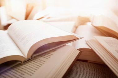 Varios libros abiertos