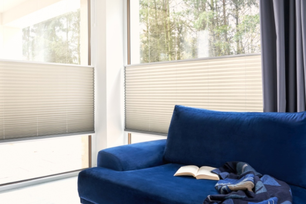Plissee-Sofe-Eckfenster-blau-besch-1