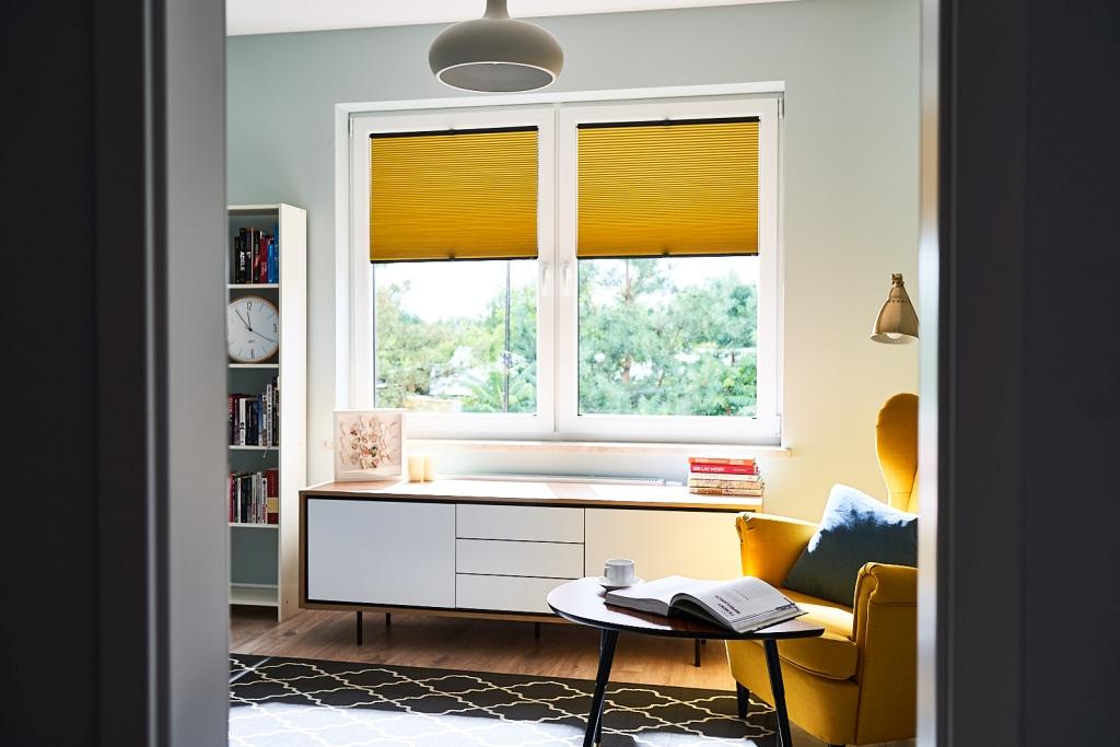 gelbe Plissees in einem Wohnzimmer