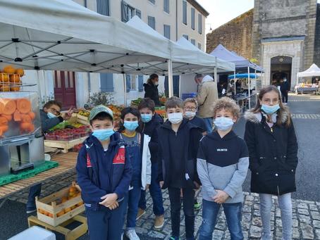 Les élèves sur le marché de Navarrenx