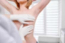joven-mujer-recibiendo-examen-mama-hospi