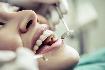 dentistas-tratan-dientes-pacientes_1150-