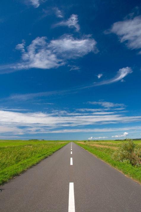 直線道路と青空.jpg