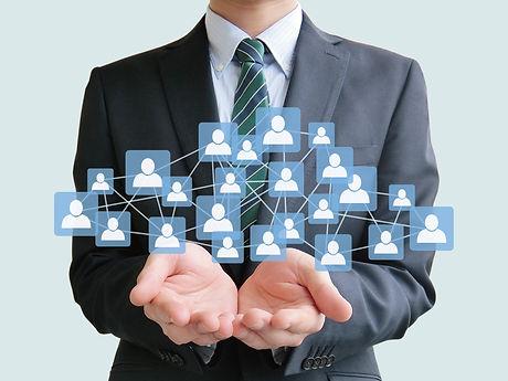 ネットワークビジネスを取り扱うビジネスマン.jpg