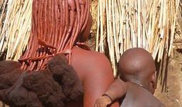 Comment rester en phase avec son identité? La naissance chez les Himbas