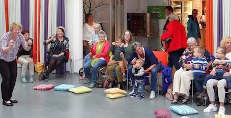 Oktober 2016: Wethouder Marja Krans wasbij de Sing-in voor jong en oud bij Sûnenz in Drachten.