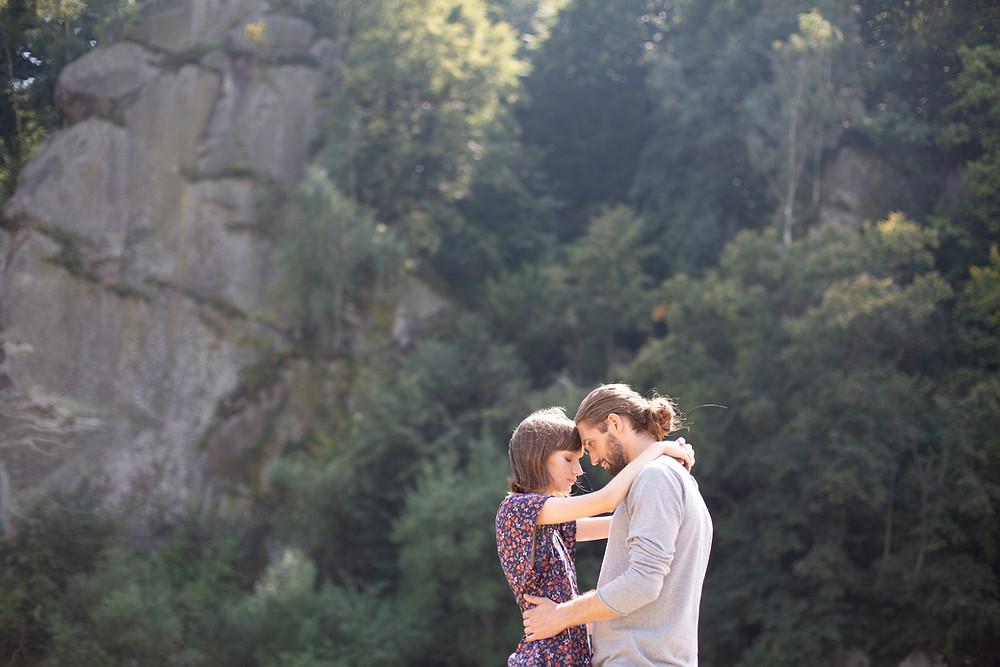 un couple semble heureux dans la nature, en train de s'enlacer