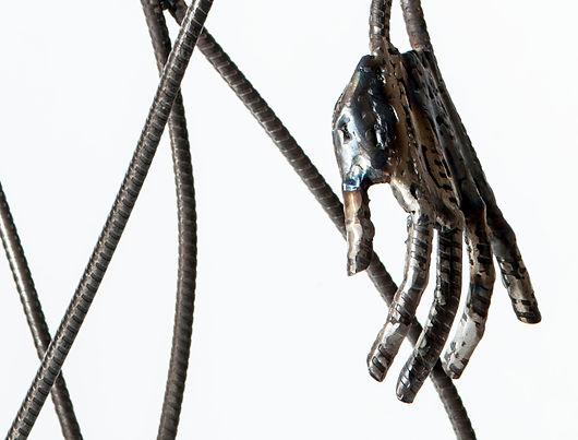 """main de métal détail de la sculpture """"la porteuse d'eau"""""""