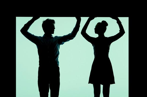 silueta pareja joven