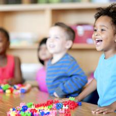 幼稚園で子供たち