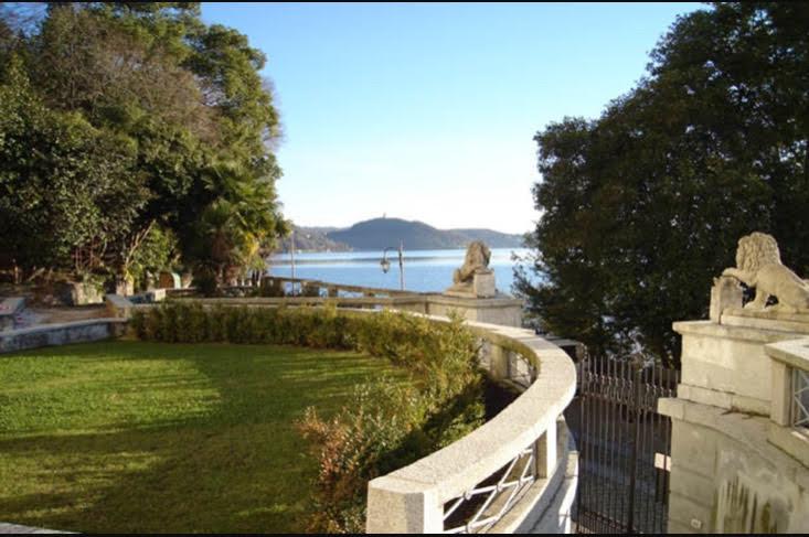 Prestigioso Attico fronte lago in vendita