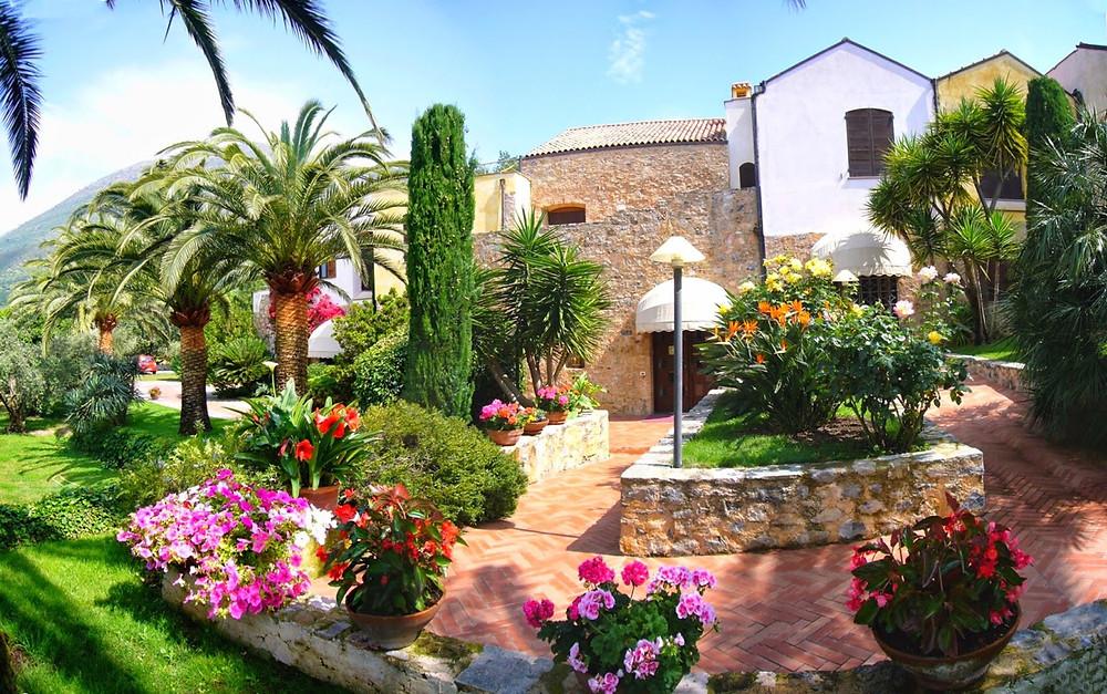 """Una proprietà unica nel suo genere, un luogo dove è possibile coniugare privacy, cucina e ... Business, questa è la tenuta """"Ca' di Berta"""" nell'entroterra di Albenga."""
