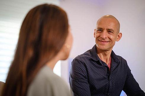 Jojo Weiß im Beratungsgespräch zur Hypnosethrapie mit einer Klientin