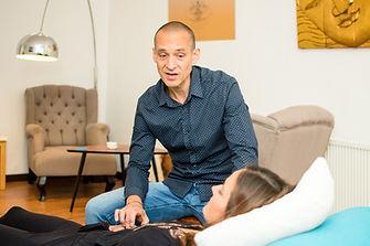 Jojo Weiß in einer Hypnose Therapie mit einer Klientin