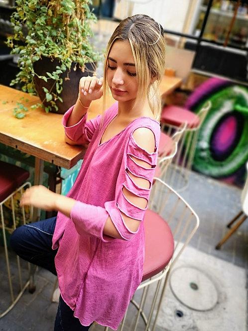 ♥ חולצת אוברסייז מפתח וי עם טאצ' מדליק של קרעים בשרוול ♥ MR-21090