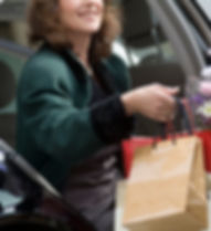 Женщина вручая сумки для VALET