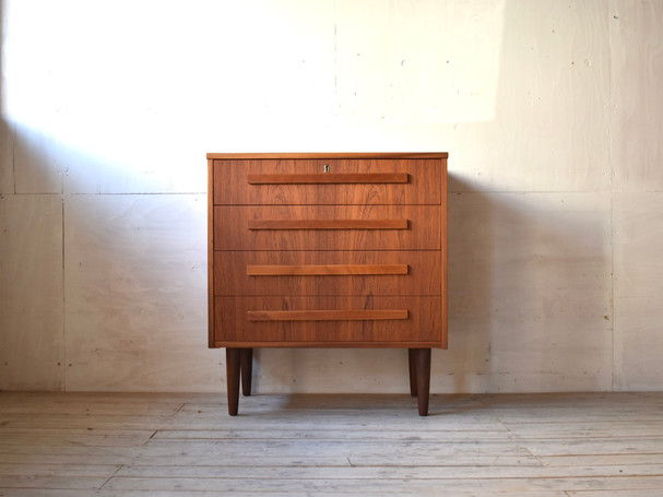 3-083 Chest of drawers