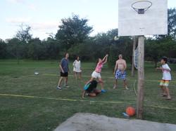cancha de voley y aro de basquet
