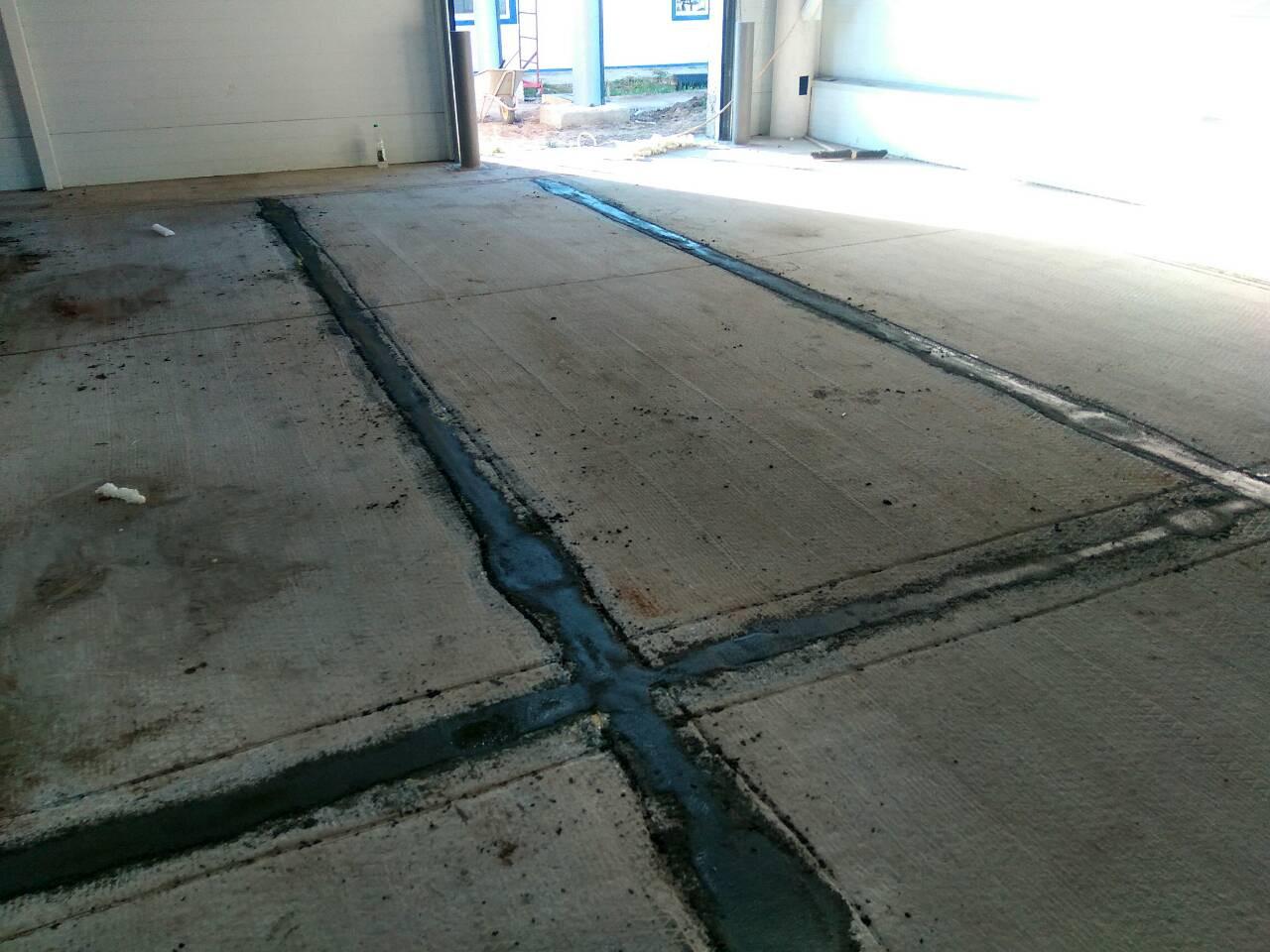 Швы между плит заполнены ремонтным составом