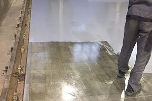 Покраска пола в локлмотивном депо