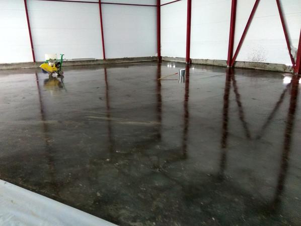Перед нарезкой швов бетонного пола