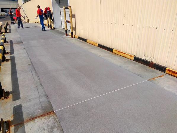 Шов в полимерном покрытии повторяет шов бетонной плиты